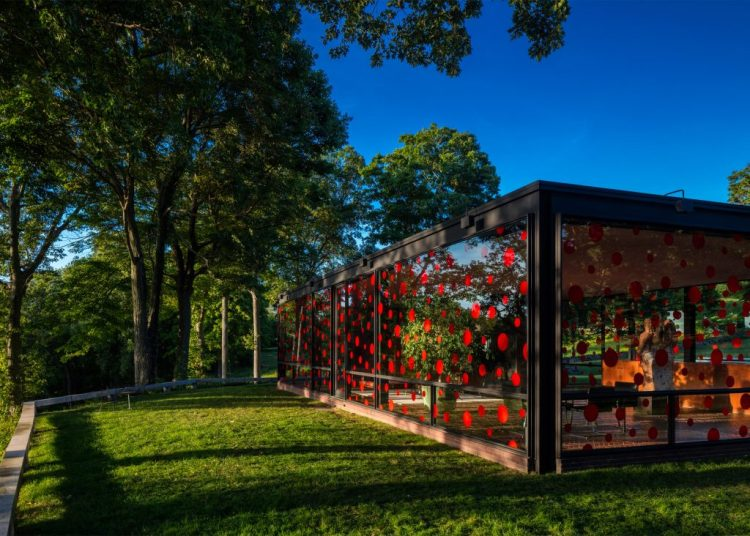 yayoi-kusama-dots-obsession-the-glass-house_dezeen_2364_ss_4-1024x732