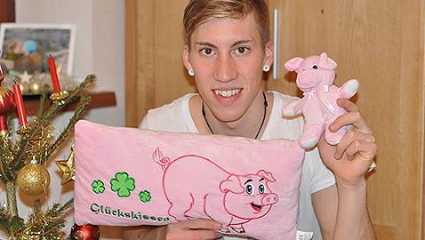 Томас Дитхарт с късметлийското си прасенце. Снимка: Facebook