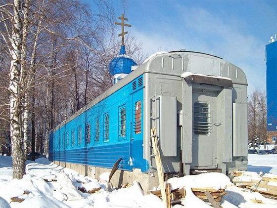 церковь  внутри поезда