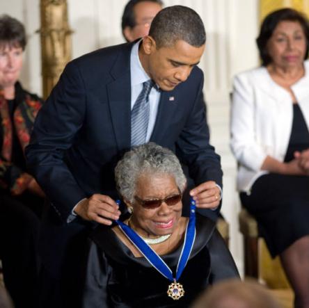 마야 안젤루에게 대통령 자유의 메달을 목에 걸고 있는 버락 오바마(2011, 사진: 퍼블릭 도메인)