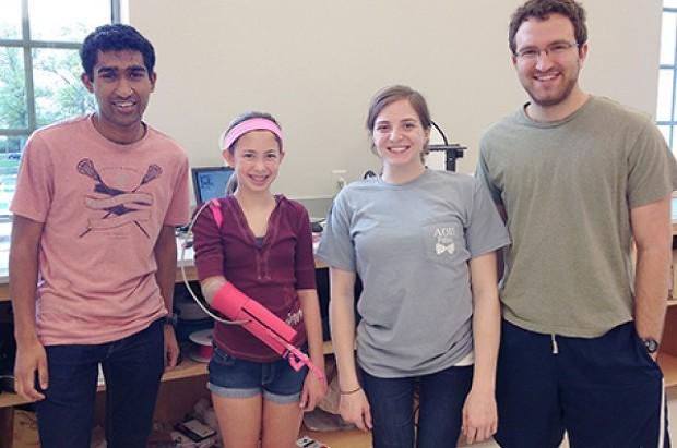 미국 WUSTL 대학의 학생들이 제작한 3D 프린팅 전자 의수입니다.