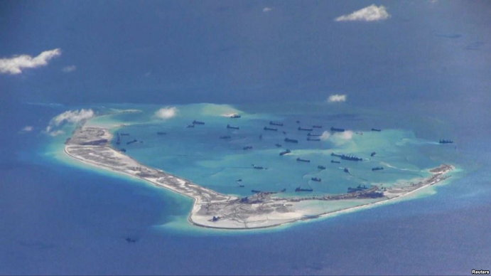 2015년 5월 미 해군 정찰기가 촬영한 남중국해의 중국 인공섬. (출처: 로이터, 재인용 출처: VOA) http://www.voakorea.com/a/3000574.html