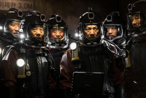 사용후핵연료 저장수조 작업을 준비 중인 한별원전 직원들