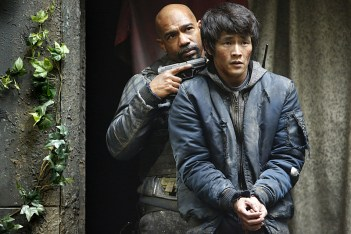 """The 100 -- """"Fallen"""" -- Image HU310b_0053 -- Pictured (L-R): Michael Beach as Pike and Chris Larkin as Monty -- Credit: Bettina Strauss/The CW -- © 2016 The CW Network, LLC. All Rights Reserved"""