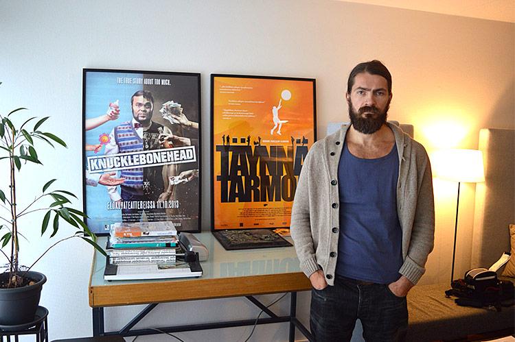 Oskari Pastilan työhuonetta komistavat aiempien tuotantojen mainosjulisteet.