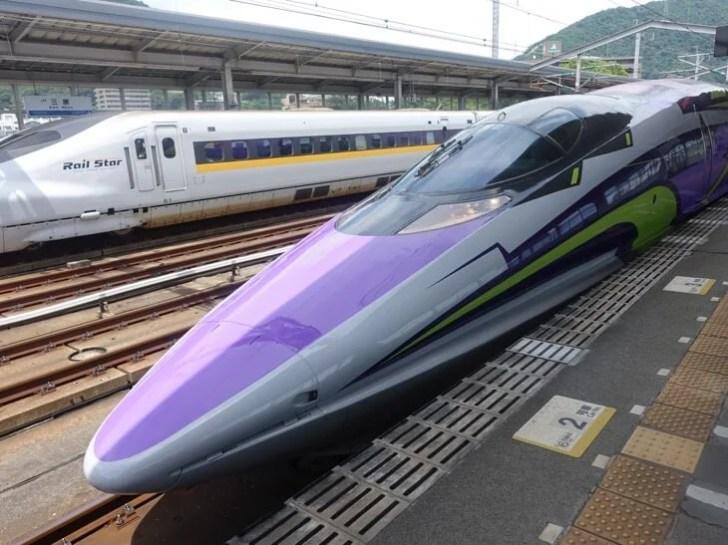 ヱヴァンゲリヲン新幹線を前面から撮影した写真