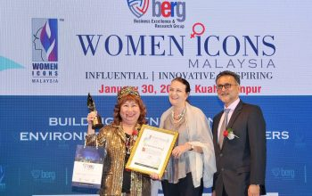 Datin Sri Dato' Dr. KH Wang was awarded with the Women Icons 2017 award. She is one of 19 recipients of the award on the night. The Women Icons Award recognises women who have displayed a strong capability to perform well in any field of endeavour.