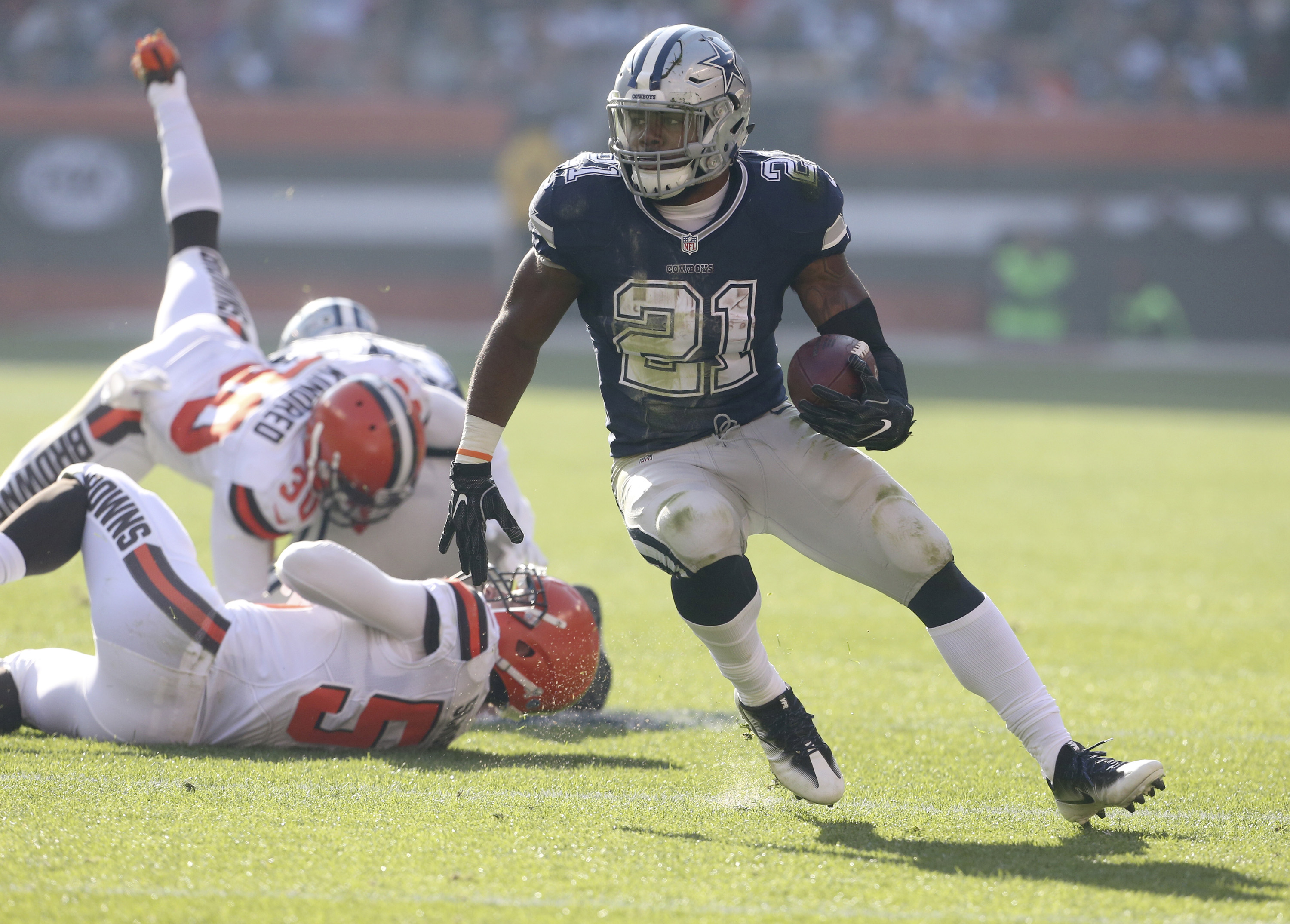 Dallas Cowboys' Ezekiel Elliott gets past a host of Cleveland Browns defenders during a second quarter run on Sunday, Nov. 6, 2016 at FirstEnergy Stadium in Cleveland, Ohio. The Cowboys won the game 35-10. (Phil Masturzo/Akron Beacon Journal/TNS)