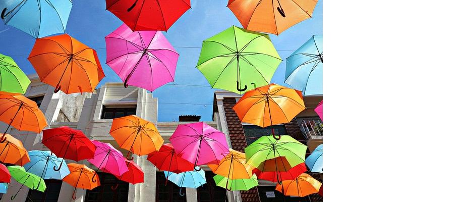 Farbenfrohes Regenschirmfest