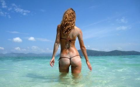 красивая девушка на море спиной
