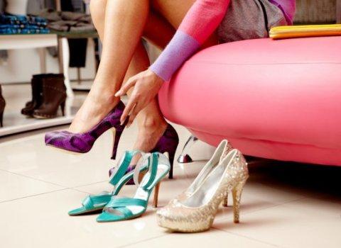 красивая девушка мерит обувь