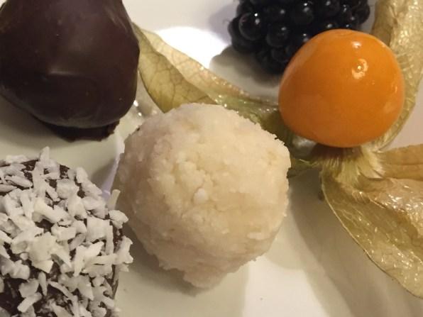 Kokospralinen mit und ohne Schokoladen