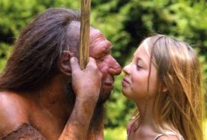 Joven junto a una reproduccion-de neandertal evolución,  transgénico, neandertal, genoma, ciencia, estudio