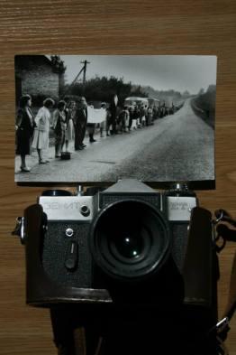 Bilde av den baltiske vei, menneskekjeden som knyttet de tre baltiske land 23. august 1988 og fotoappratet som det ble tatt med av Daiga Kalniņa.