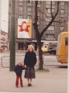 Med røde bukser under røde Lenin med mamma trygt i hånda. Tallinn, 1983