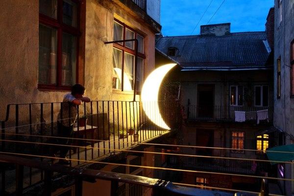 луна на балконе