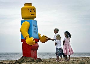 Varios niños juegan con la pieza gigante de 'Lego'. (Foto: REUTERS)