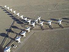 El conjunto de radio telescopios Very Large (VLA) es utilizado por SETI para escuchar señales de radio producidas artificialmente desde el exterior de nuestro sistema solar.