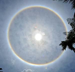 El arco iris con el sol en el centro (Foto AFP)