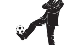 サッカーの試合で監督がスーツを着ている理由とは?