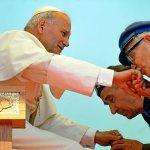 Giugno 1979. Il primo viaggio di Giovanni Paolo II in Polonia. Il papa a Chzestochowa, davanti al santuario della Madonna nera Pope in Chzestochowa, before the sanctuary of the Black Madonna