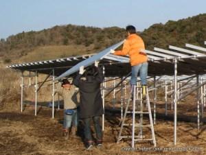 「段々架台」の太陽光発電所自作では脚立も使用