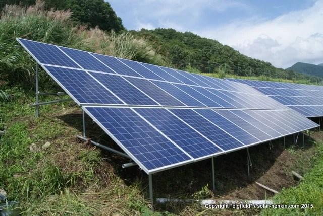 ソーラーパネルの設置が完了した単管パイプ架台