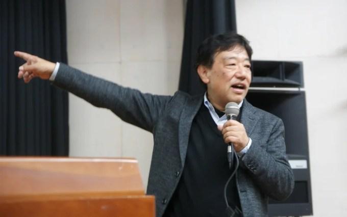 オフグリッド見学会に先立ち事前の説明を行う田中優さん