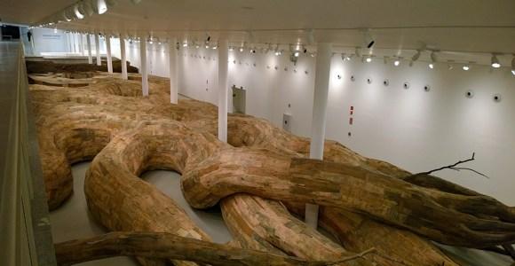 Conheça os gigantescos túneis de madeira dessa exposição na USP