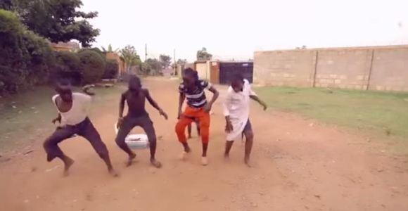 A garotada de Uganda dá uma aula de dança e gingado neste vídeo