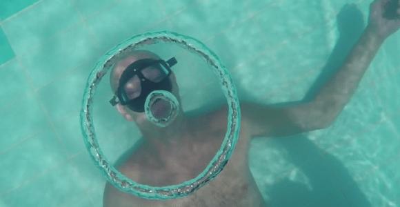 O homem que é especialista em fazer bolhas embaixo da água, assista
