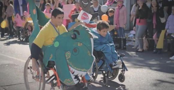 Por mais diversão e menos preconceito, 'corrida maluca' de cadeirantes é realizada em Porto Alegre