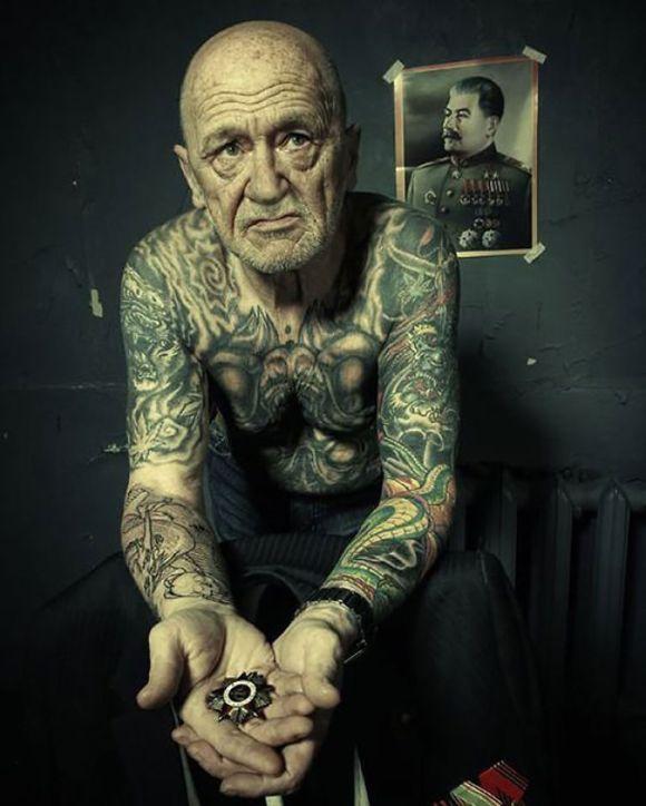 Pessoas mais velhas com tatuagem 8