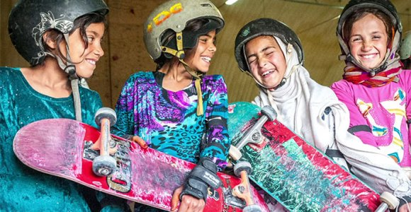 Proibidas de andar de bicicleta, skate vira sensação entre meninas afegãs – graças a uma ONG