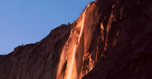 Nada de Photoshop, essa cachoeira parece mesmo derramar fogo!