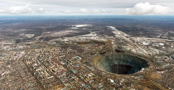 Você moraria nesta cidade? Ela fica ao redor da 2° maior cratera do mundo, feita pelo homem!