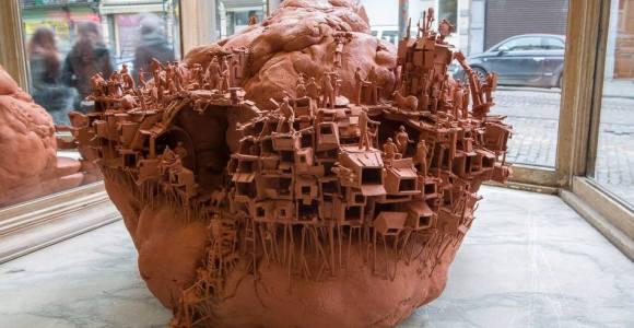 Escultor usa argila para prever como serão as moradias do futuro