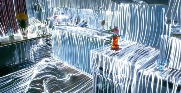 Usando a técnica da longa exposição, artista faz incrível pintura de luzes em suas fotografias