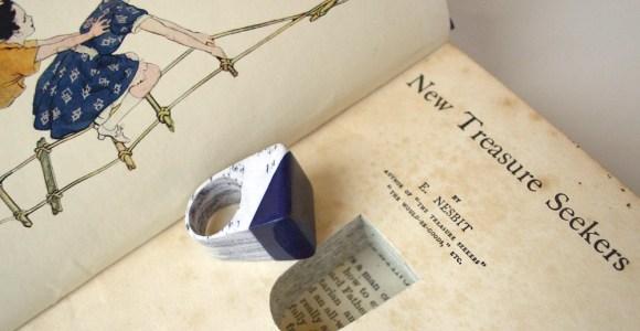 Artesão cria joias cheias de camadas a partir de livros antigos