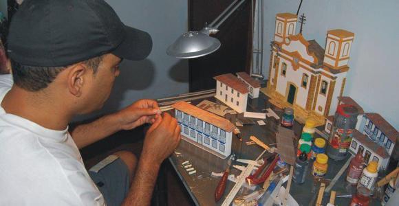 Maquetista mineiro está criando miniaturas de construções típicas do estado