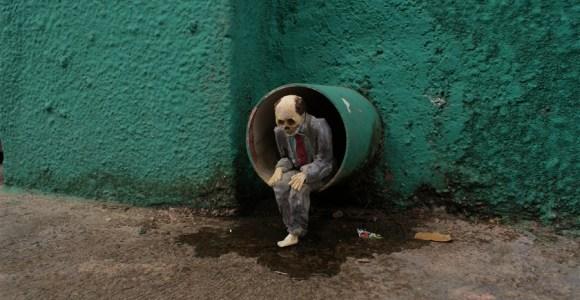 Artista espalha miniaturas de esqueletos humanos em ruas do México
