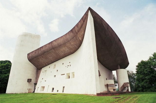 Le Corbusier's Chapel of Nôtre Dame du Haut, France, 1955 (via Habiter)
