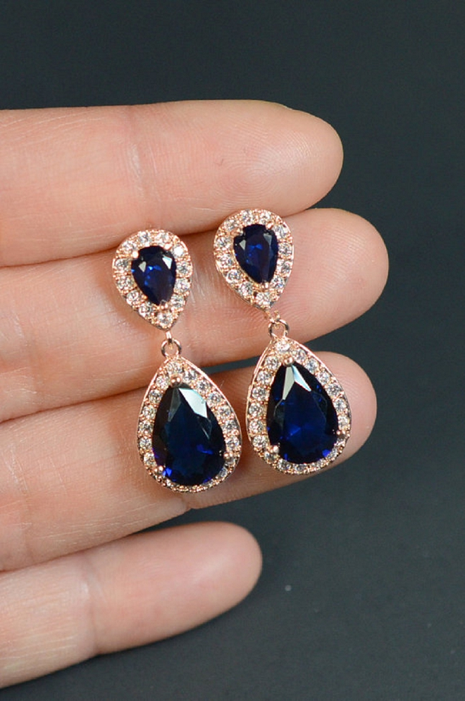 We're in love with the vintage look and feel of this gorgeous navy earrings!