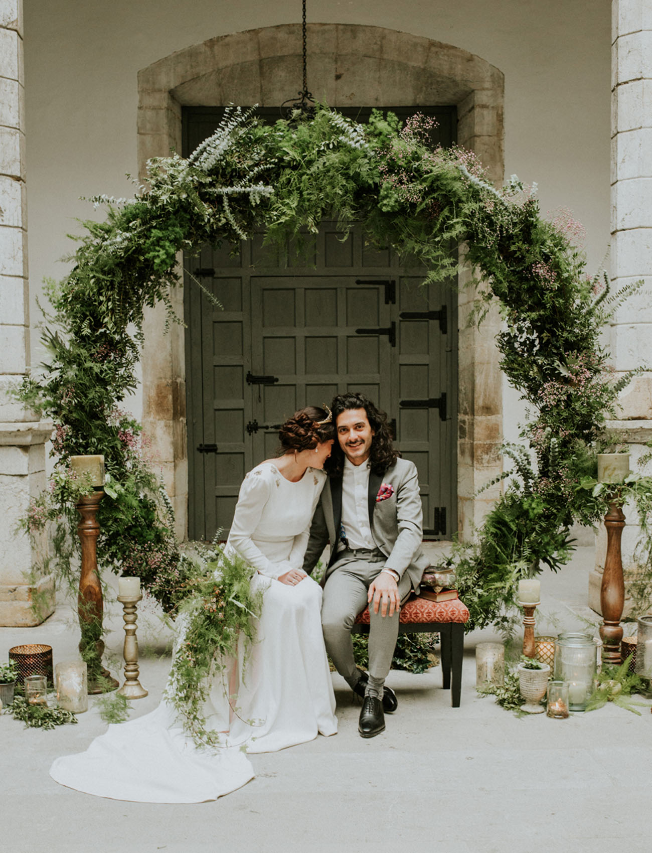 OMG. This round greenery backdrop is everything!