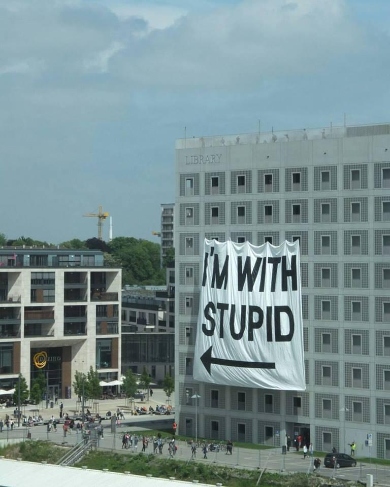 I'm with stupid // Kunststudenten machen sich über das Stuttgarter Milaneo lustig