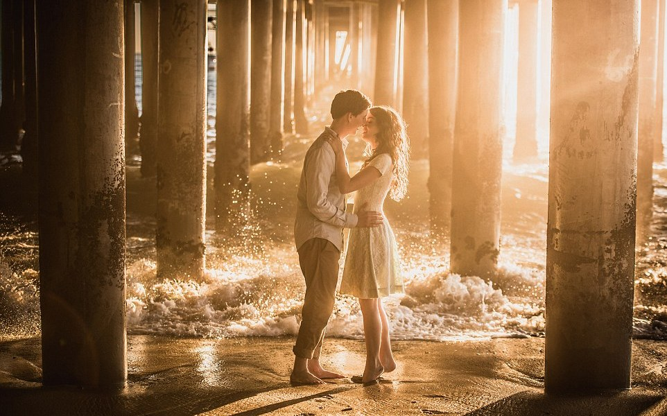 348807DD00000578-3604520-One_couple_decided_to_go_barefoot_for_their_engagement_picture_t-a-30_1464273536468