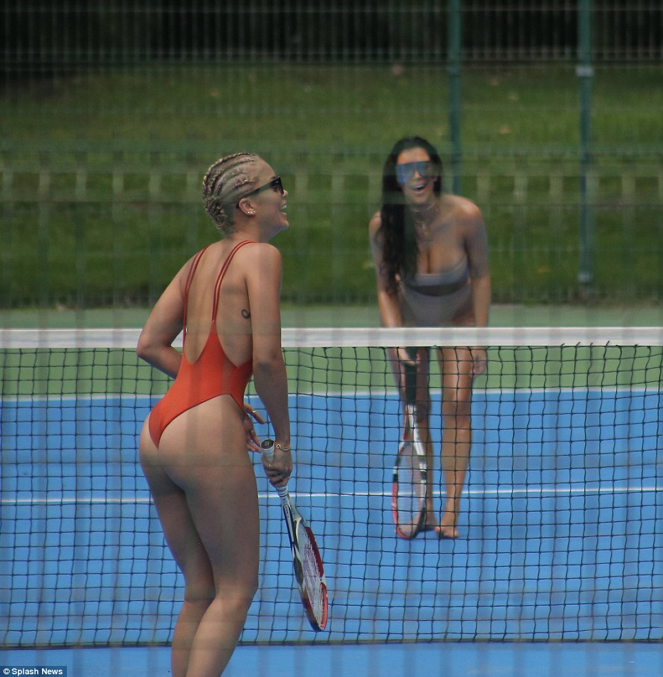 golaya-tennisistka