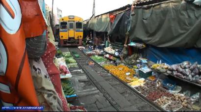 Un tren atravesando el mercado de Bangkok