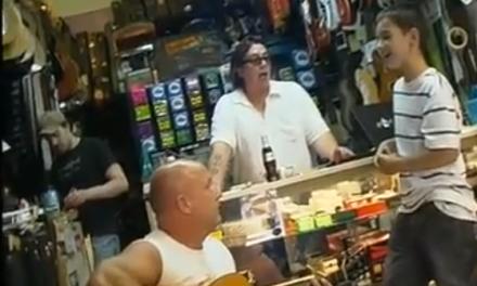 El chaval que entró en una tienda de guitarras y se puso a cantar