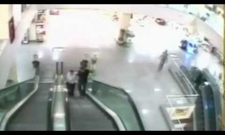 Así le salvan la vida a un niño travieso en una escalera mecánica